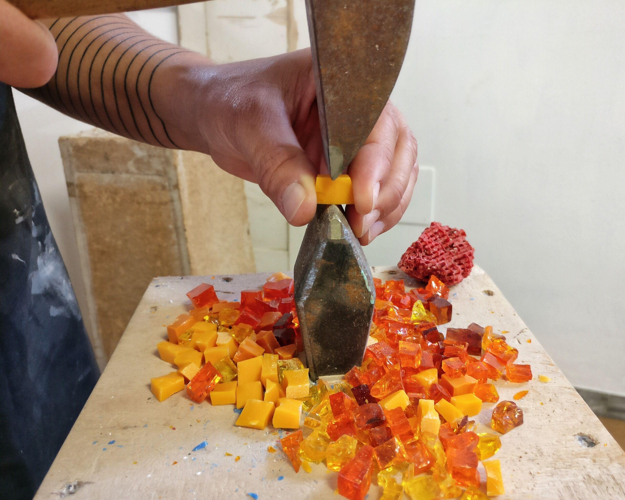 Rossella Casadio taglio delle tessere mosaico tecnica